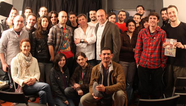 Carlos Pacheco posa con los alumnos de los cursos de cómic de Academia C10 de Madrid.