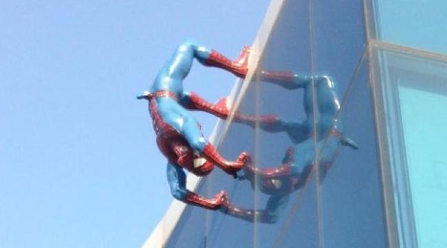 Spiderman-empalmado-ereccion-estatua_de_Spiderman-supermercado-corea_del_sur