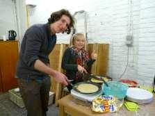 Meester Yves en Luna bakken pannenkoeken