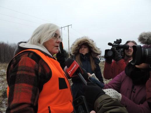 Militante de la première heure, la porte-parole anglophone du groupe Upriver Environment Watch, Ann Pohl, est venue soutenir les manifestants sur le terrain. - Acadie Nouvelle: Damien Dauphin