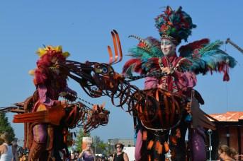 Ces amuseurs de rue grimpés sur des oiseaux étranges ont animé la foule juste avant le début du spectacle d'ouverture du Festival du cirque. Ils sont de la compagnie Désordres poétiques. - Acadie Nouvelle: Sylvie Mousseau