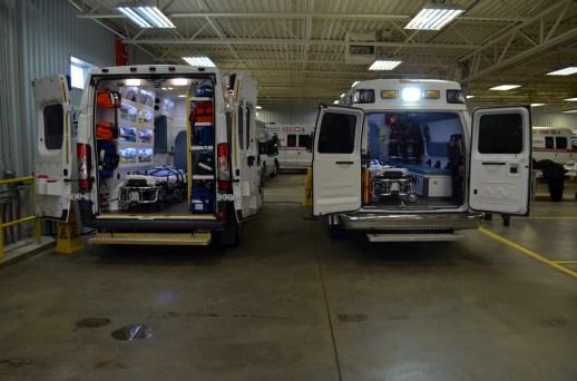Les nouvelles ambulances (gauche) sont plus grandes et mieux équipées que les anciennes (droite). - Acadie Nouvelle: Jean-Marc Doiron