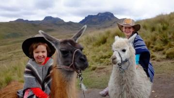 Anaïk et Maëlle sur des lamas, sur le volcan Pichincha. - Gracieuseté