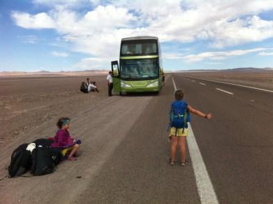 Anaïk et Maëlle font du pouce dans le désert de l'Atacama, après que leur autobus soit tombé en panne. - Gracieuseté
