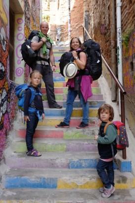 La famille Landry-Ferradini dans les escaliers colorés de Valparaiso, au Chili. - Gracieuseté