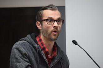 Jason Ouellette craint que les conducteurs de VTT endommagent son terrain et perturbent sa vie familiale. - Acadie Nouvelle: Anthony Doiron
