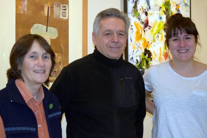 Le directeur général du Centre culturel Aberdeen, René Légère, et deux artistes participants à l'encan, Anne-Marie Sirois et Annie France Noël. -Acadie Nouvelle: Sylvie Mousseau