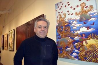 René Légère devant quelques oeuvres qui seront présentées à l'encan. - Acadie Nouvelle: Sylvie Mousseau