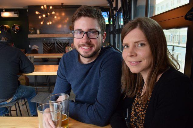 Les cinéastes et amateurs de bière artisanale, Alex Vietinghoff et Shauna Chase, dans la salle de dégustation de la brasserie Graystone, à Fredericton. - Acadie Nouvelle: Pascal Raiche-Nogue