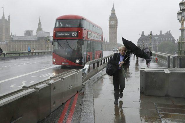 Des barrières ont été installées sur le Pont de Londres afin d'éviter qu'un autre attentat comme celui de samedi se produise. - Associated Press: Matt Dunham