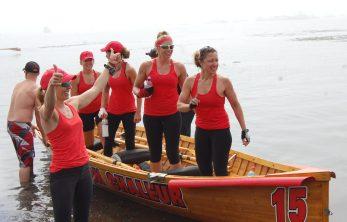 La formation féminine d'Isolation Chaleur n'a pas manquée de célébrer leur victoire, samedi. - Acadie Nouvelle: Béatrice Seymour