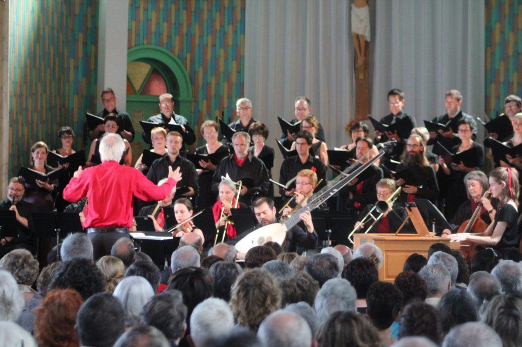 L'ensemble Caprice et le chœur de la Mission Saint-Charles étaient dirigés par le chef Matthias Maute (en chemise rouge). - Acadie Nouvelle: Vincent Pichard