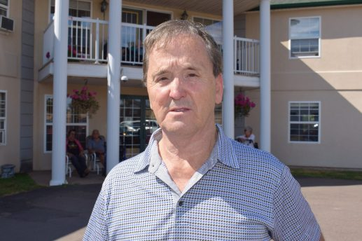 Valmont Robichaud a pris le temps de s'expliquer auprès des résidents et de leurs familles. -Acadie Nouvelle: Simon Delattre