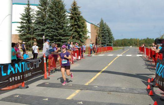 Sylvie LeBlanc n'a pas eu vraiment à regarder derrière elle qui pouvait bien la suivre et elle a remporté le volet féminin du 10 km de Bathurst. - Acadie Nouvelle: Béatrice Seymour