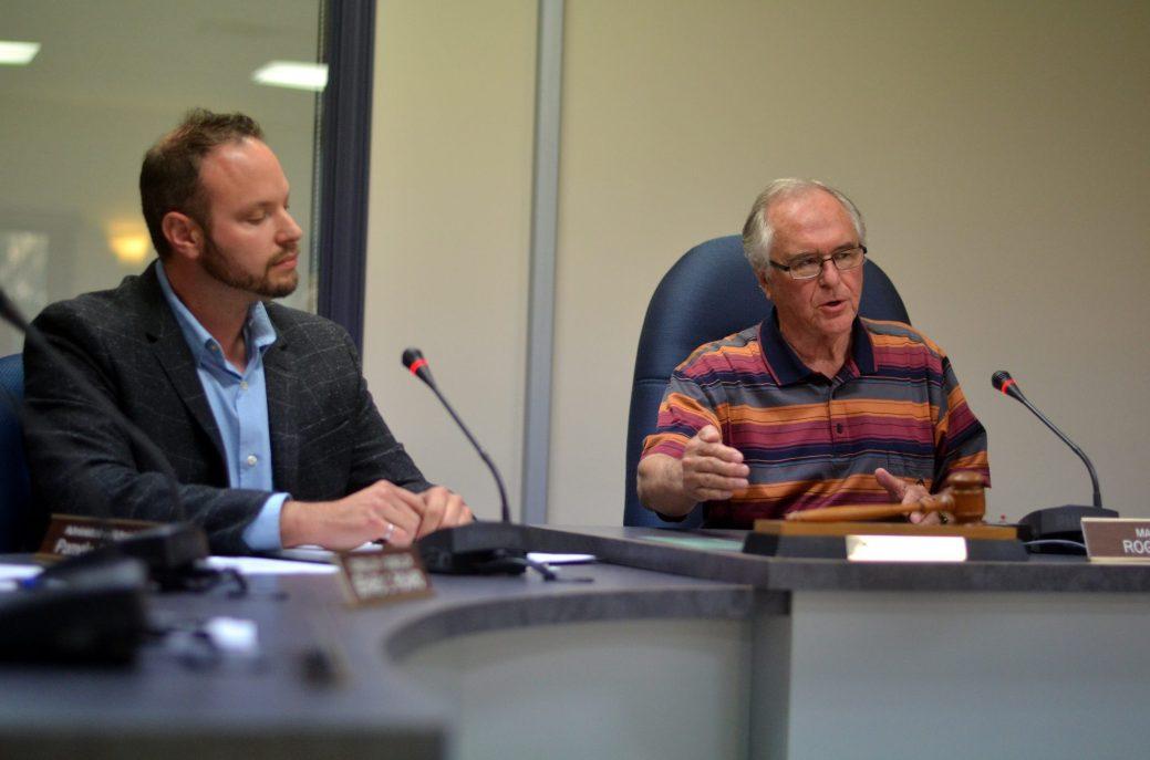 Roger Doiron (à droite), maire de Richibucto, lors de la réunion extraordinaire de mercredi soir sur l'octroi du contrat pour la construction d'un nouvel aréna. - Acadie Nouvelle: Jean-Marc Doiron