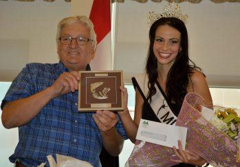L'ex-maire de Campbellton, Bruce MacIntosh, était heureux de souligner la victoire de Dominique Doucette au concours Miss Teenager Universe. - Archives