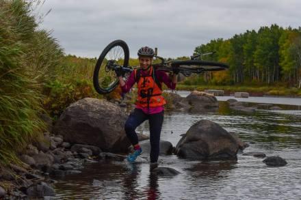 Parfois, il fallait porter le vélo afin de franchir les obstacles du parcours. - Gracieuseté