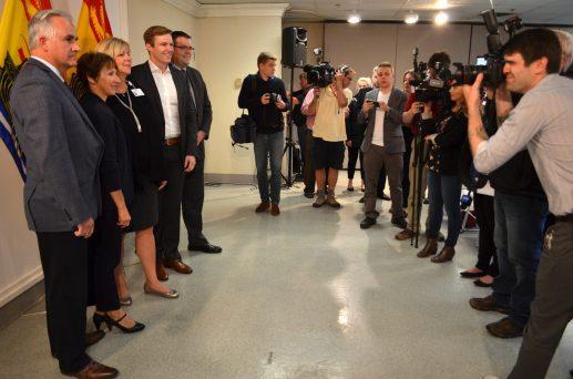 Des politiciens et des dirigeants des réseaux de santé sont pris en photo lors de l'annonce de mercredi de l'ajout d'examens d'IRM à Moncton. - Acadie Nouvelle: Jean-Marc Doiron