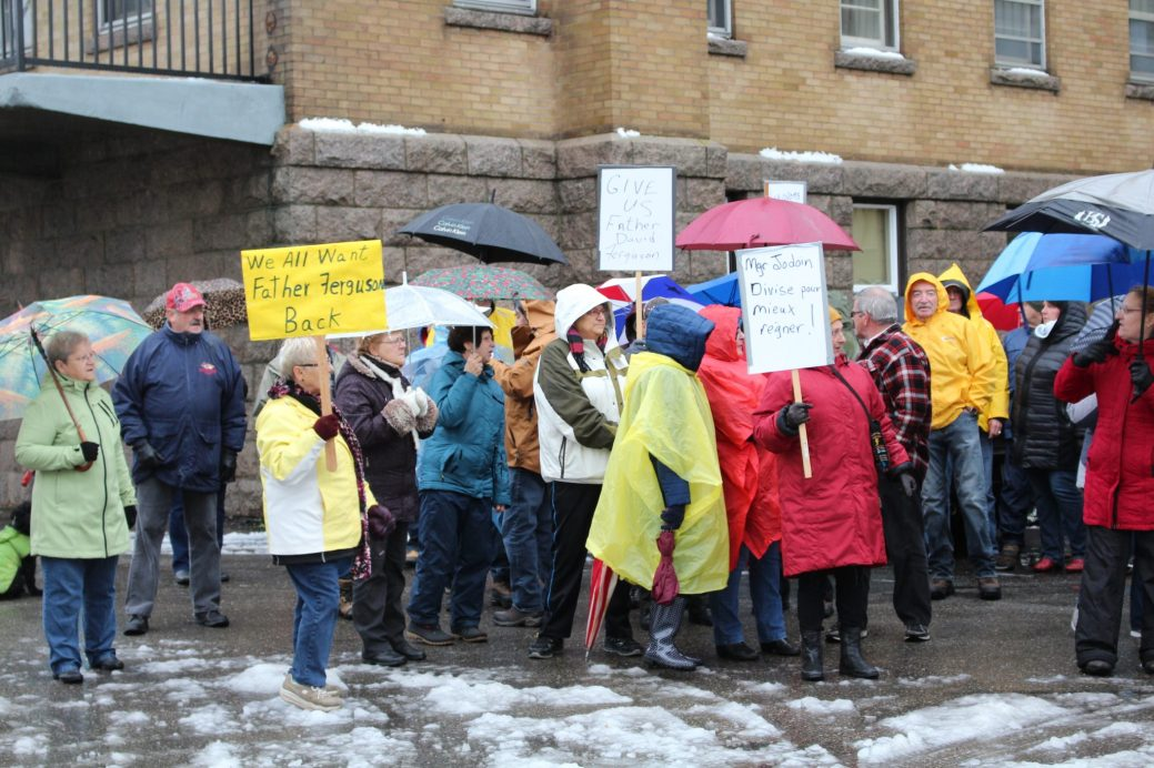 Plusieurs dizaines de paroissiens ont protesté dimanche contre la mise en repos forcée du père David Ferguson et contre le style de gestion de l'évêque, Mgr Jodoin. - Acadie Nouvelle: Anne-Marie Provost