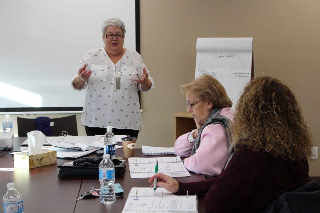 Jolaine Thomas, de l'Association francophone des aînés du Nouveau-Brunswick, en train de donner une formation pour les proches aidants. - Acadie Nouvelle: Anne-Marie Provost