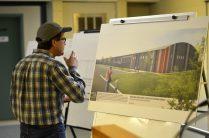 Un homme observe la maquette du nouveau centre Kent-Nord, jeudi à Richibucto. - Acadie Nouvelle: Jean-Marc Doiron