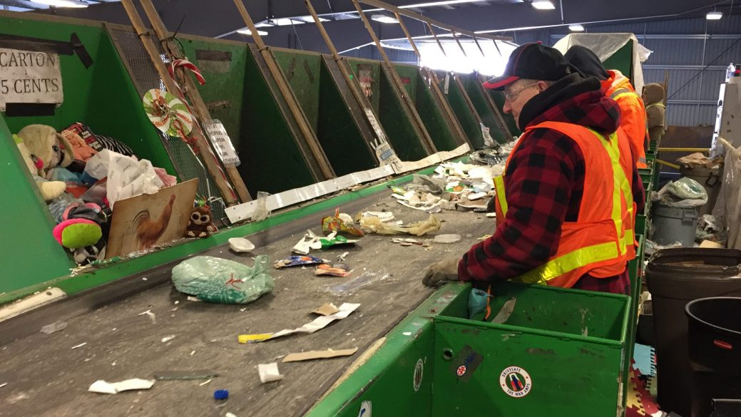 Le triage des déchets recyclables s'effectue manuellement dans les centres de tri. - Archives