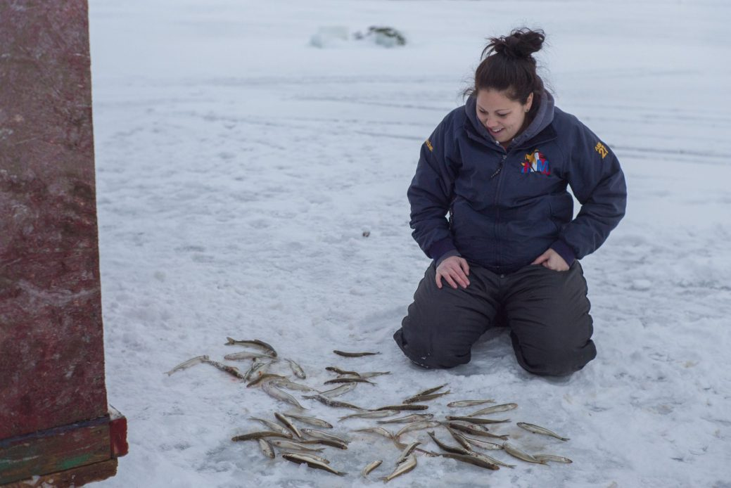 Mordu d'éplan montre des passionnés de pêche sur la glace qui la pratiquent même par temps très froid. - Gracieuseté Unis TV