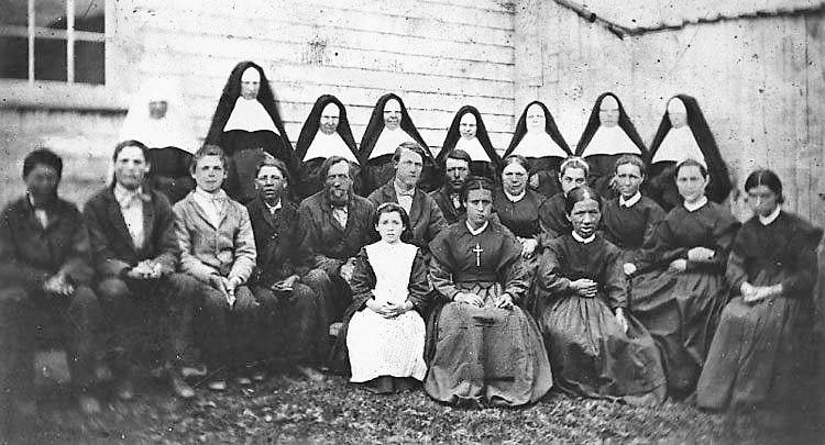 Des membres des Religieuses Hospitalières de Saint-Jospeh à Tracadie, en compagnie de personnes atteintes de lèpre.- Gracieuseté