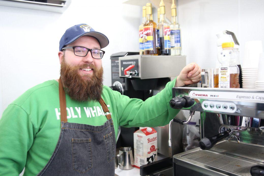 Peter Grandy, copropriétaire du Buddha Bear Café, est heureux de pouvoir proposer ses propres produits à Riverview. Acadie Nouvelle: Marie Toulgoat