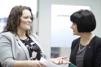 La directrice de Carrefour pour femmes, Tina Thibodeau, et la ministre fédérale de la Santé, Ginette Petitpas Taylor. - Acadie Nouvelle: Patrick Lacelle