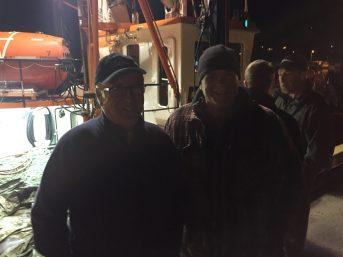Aujourd'hui pêcheur retraité, Simon Gionet (à gauche) est toujours ému de voir partir son bateau quitter le port. Il pose ici aux côtés d'un des hommes de pont qui travailleront ces prochaines semaines sur son crabier, André Poirier. - Acadie Nouvelle: Vincent Pichard