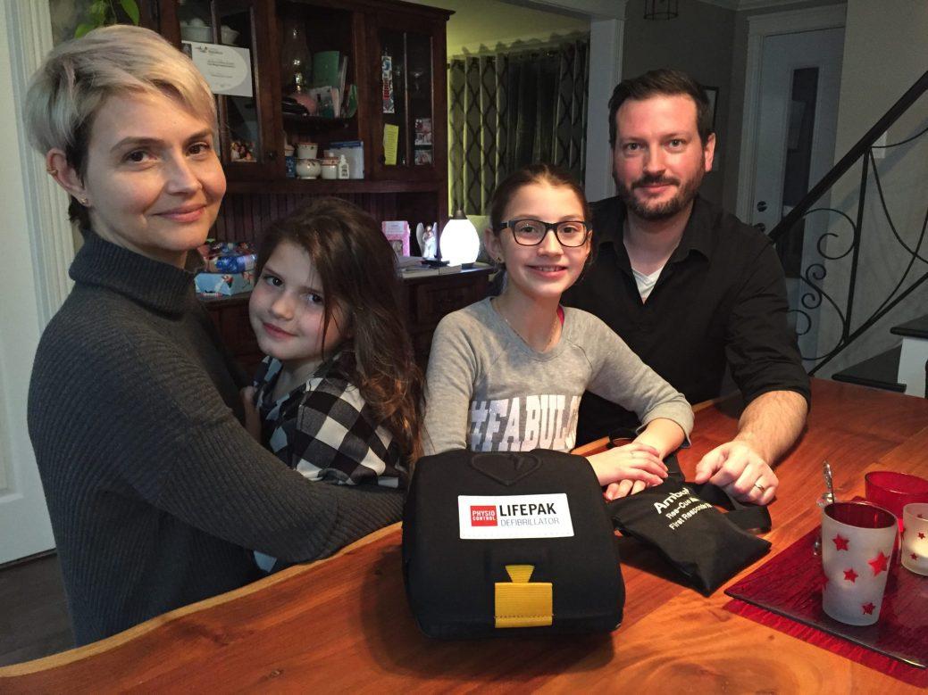 08.01.2018 - De g. à dr. : Lynn Power, Emma (6 ans), Ylenia (9 ans), et Jérome-Luc Paulin, sensibilisés à l'importance des défibrillateur et de connaître les gestes qui sauvent.