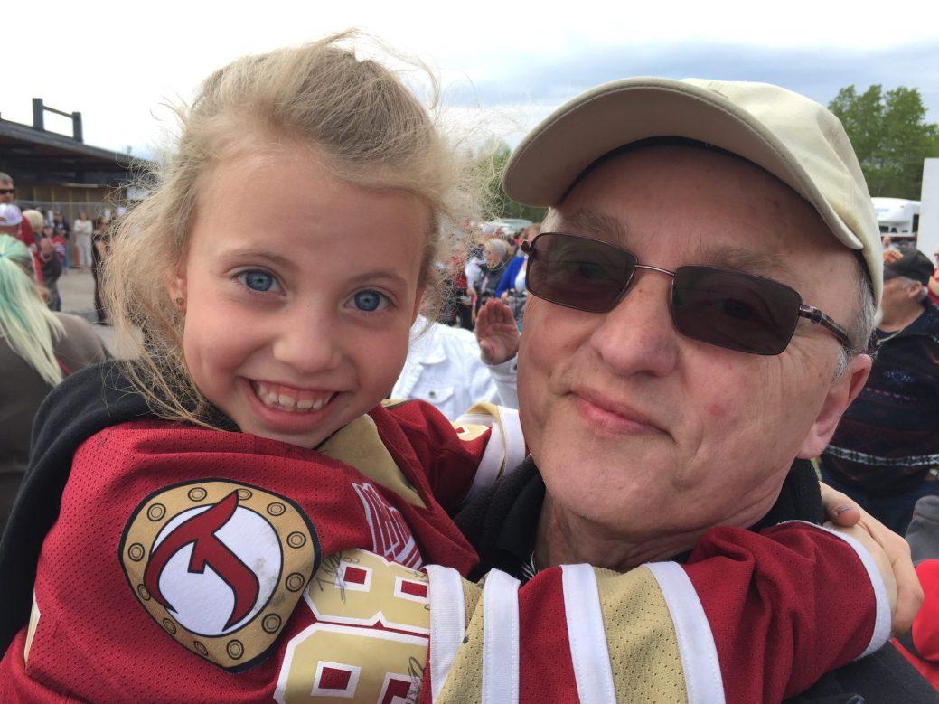 Maëlle LeBlanc et son grand-papa, Jacques Ouellette, étaient heureux d'accueillir leurs favoris, lundi. - Acadie Nouvelle: Robert Lagacé