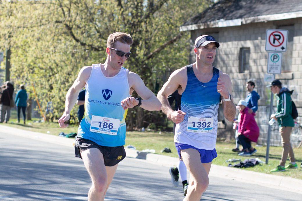 Jean-Marc Doiron et James MacLellan au premier tour du Marathon de Fredericton. - Acadie Nouvelle: Patrick Lacelle