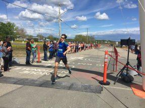 Cédric Haché semblait très heureux de franchir la ligne d'arrivée en deuxième place au 5 km masculin. - Acadie Nouvelle: Robert Lagacé