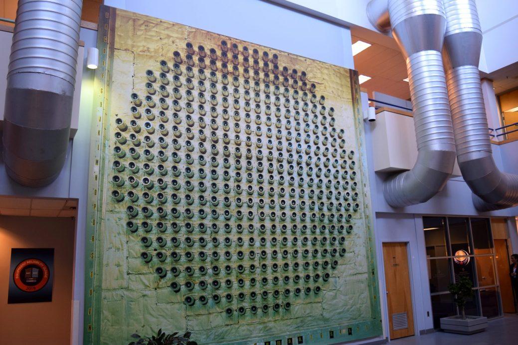 Une illustration grandeur nature du réacteur CANDU. Chacun des tubes de pression accueille une grappe de combustible. - Acadie Nouvelle: Simon Delattre