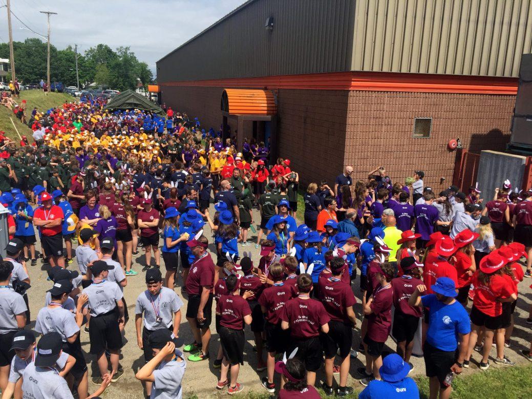 Une foule colorée de jeunes participants attend avec excitation le clou de la journée. - Acadie Nouvelle: Simon Delattre