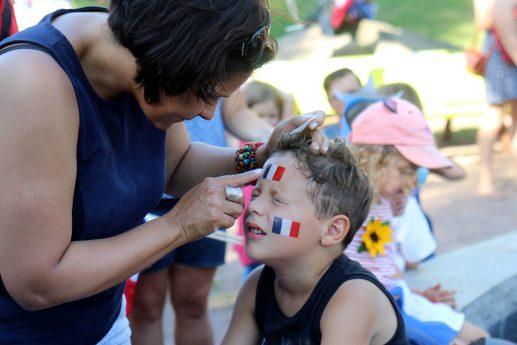 Erika Cantu pose des tatouages temporaires sur le visage de son fils à Moncton. - Acadie Nouvelle: Simon Delattre