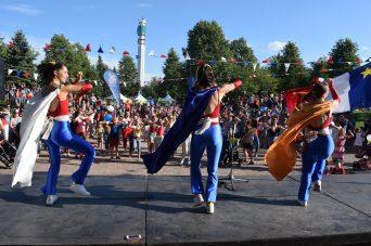 Les membres de la troupe DansEncorps ont fait danser la foule réunie au parc du Sommet. - Acadie Nouvelle: Simon Delattre