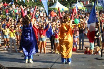 Les membres de la troupe DansEncorps ont fait danser la foule réunie au parc du Sommet de Moncton. - Acadie Nouvelle: Simon Delattre