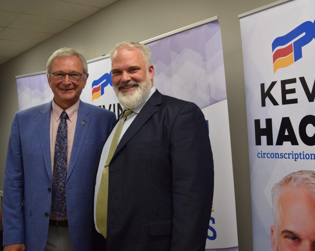Blain Higgs, chef du Parti progressiste-conservateur du Nouveau-Brunswick et Kevin Haché, candidat du parti aux élections en septembre dans la circonscription de Caraquet.-Acadie Nouvelle: David Caron.