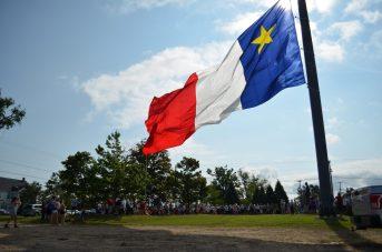 Plus de 200 personnes ont assisté à la levée du drapeau géant de l'Acadie à Saint-Louis-de-Kent, mercredi matin. - Acadie Nouvelle: Jean-Marc
