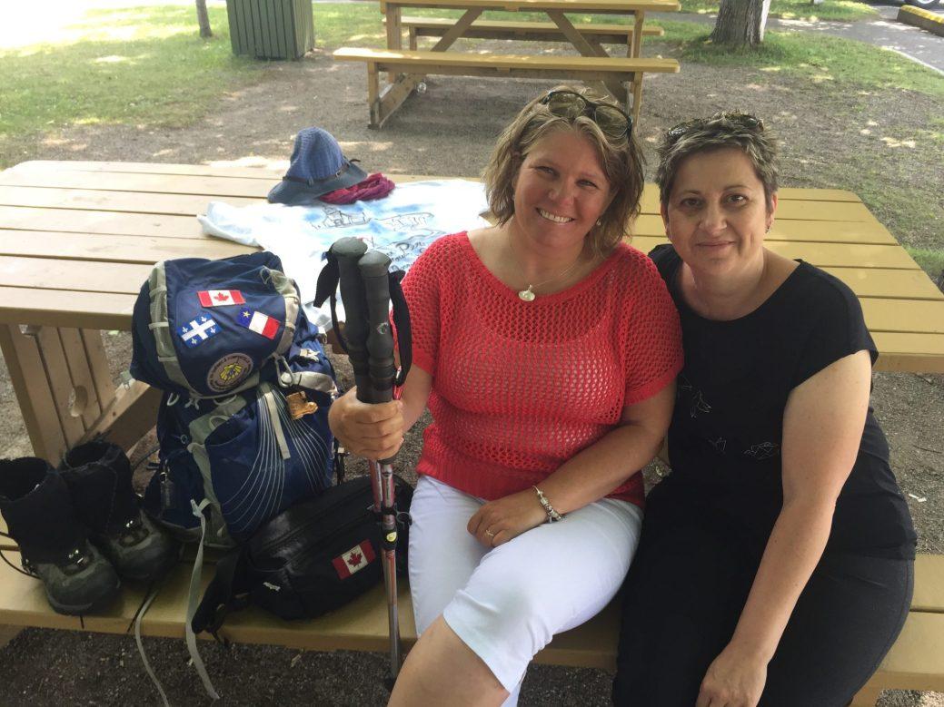 31.07.2018 - VP - Marie-Renée Savoie a marché en pèlerinage depuis Pointe-aux-Pères (près de Rimouski, au Québec) jusqu'à Caraquet, en 19 jours. Elle est ici aux côtés de sa belle-sœur et amie, Nadine Ferron (en noir).