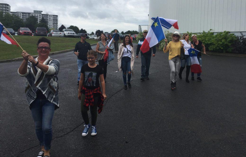 Quelques membres de la famille Chiasson, dont la grand-mère Claudia (avec le chapeau), à leur arrivée au Séminaire Saint-François en arborant fièrement les couleurs de l'Acadie. - Acadie Nouvelle: Robert Lagacé