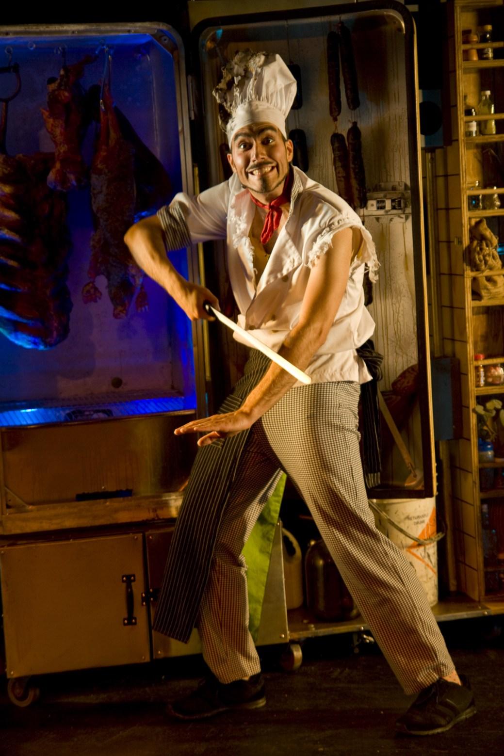 Mathieu Chouinard dans une scène de la pièce Bouffe de Satellite Théâtre. Crédit photo: Noémie Roy-Lavoie.