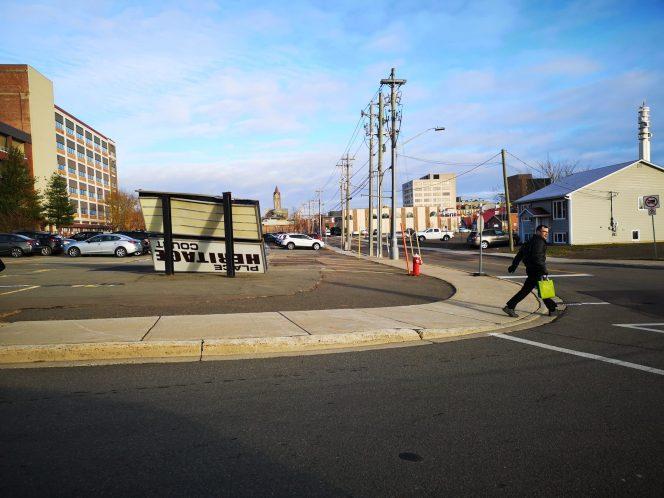 Cette affiche du centre-ville de Moncton a perdu son combat contre le vent. - Acadie Nouvelle: Patrick Lacelle