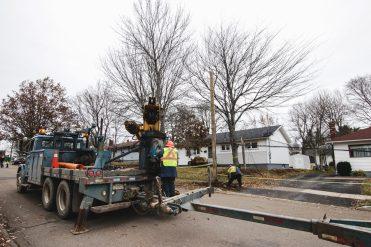 À Moncton, des monteurs de lignes travaillent d'arrache-pied pour rétablir l'électricité dans les foyers. - Acadie Nouvelle: Patrick Lacelle