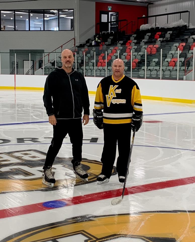 Jean-Marc Robichaud (gauche), directeur de la campagne de financement, et Éric Paquet, président du Comité Kent-Nord, ont pris les premiers coups de patin de l'histoire au Centre Kent-Nord de Richibucto, jeudi. - Gracieuseté
