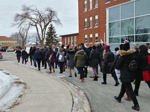 Les citoyens ont défilé devant le campus de l'Université de Moncton à Shippagan. - Acadie Nouvelle: Guillaume Cyr
