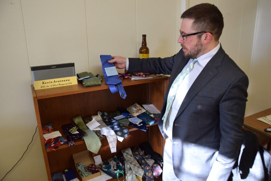 Kevin Arseneau montre les cravates qu'il a reçus ces dernières semaines, après avoir lancé un appel à ses électeurs. - Acadie Nouvelle: Pascal Raiche-Nogue